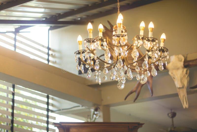 Hauptinnenraum Leuchter auf Decke stockfoto