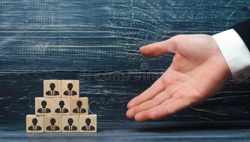 Hauptjäger stellt auf einer Pyramide von Würfeln mit Angestellten dar Das Konzept der Einstellungs-, Hierarchie- und Geschäftsstr lizenzfreie stockfotografie