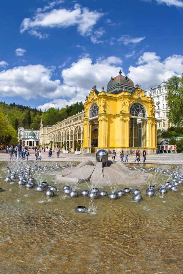 Hauptkolonnade und Gesangbrunnen in der kleinen böhmischen Badekurortweststadt Marianske Lazne Marienbad - Tschechische Republik stockfotografie