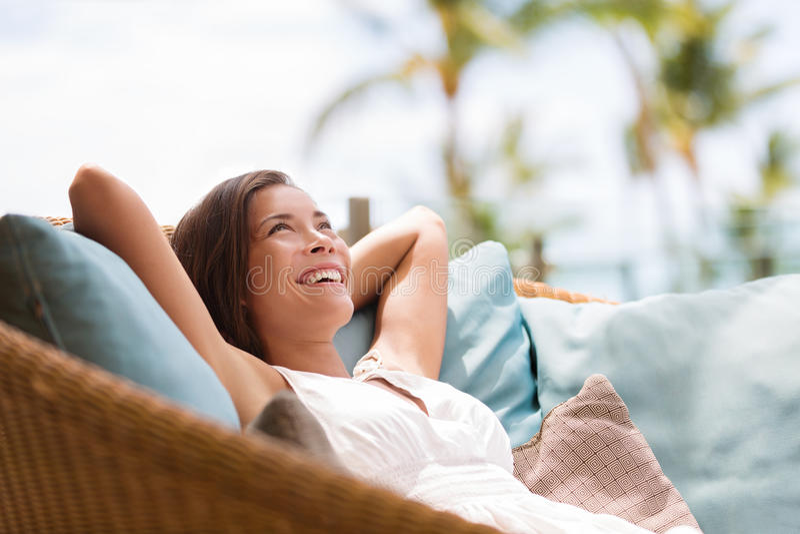 Hauptlebensstilfrau, die Luxussofa genießend sich entspannt stockfotografie