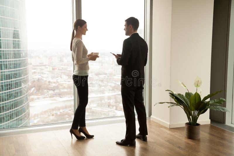 Hauptmanager, der weiblichem Kunden über Firma erklärt stockfotos