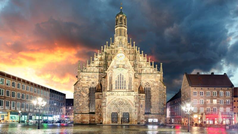 Hauptmarkt avec l'andmarketplace d'église de Frauenkirche à Nuremberg images libres de droits
