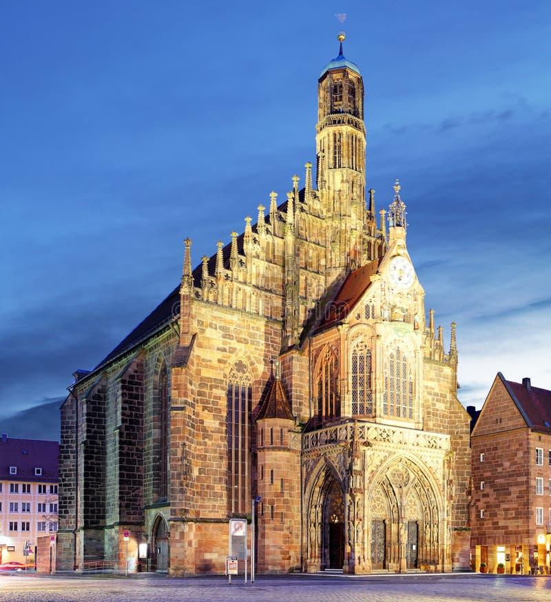 Hauptmarkt avec l'andmarketplace d'église de Frauenkirche à Nuremberg photo libre de droits