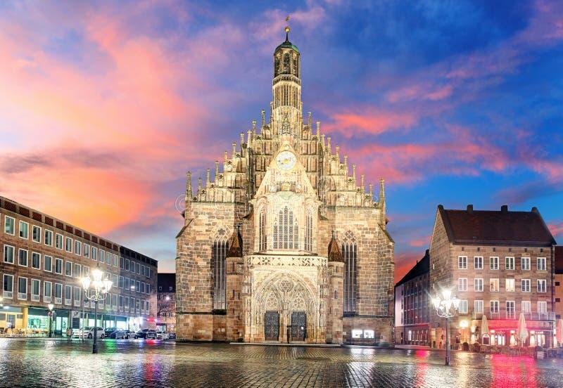 Hauptmarkt avec l'andmarketplace d'église de Frauenkirche à Nuremberg photos libres de droits