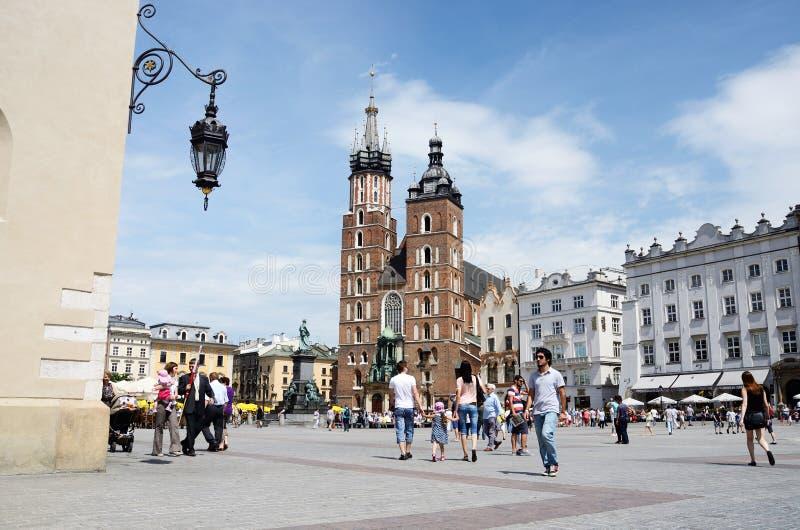 Hauptmarktplatz vor St Mary Basilika, in Krakau, Polen lizenzfreie stockfotografie