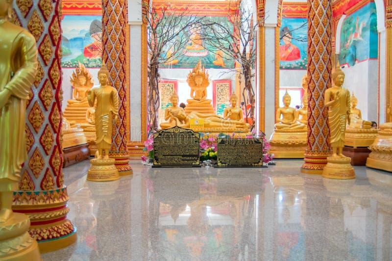 Hauptpagode THAILANDS, PHUKET am 22. März 2018 - des buddhistischen Wat-Tempels Chalong Wat Chayyatararam Goldwachsfiguren von Mö stockfotografie