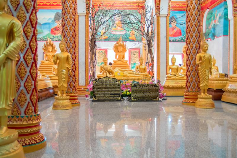 Hauptpagode THAILANDS, PHUKET am 22. März 2018 - des buddhistischen Wat-Tempels Chalong Wat Chayyatararam Goldwachsfiguren von Mö stockbild