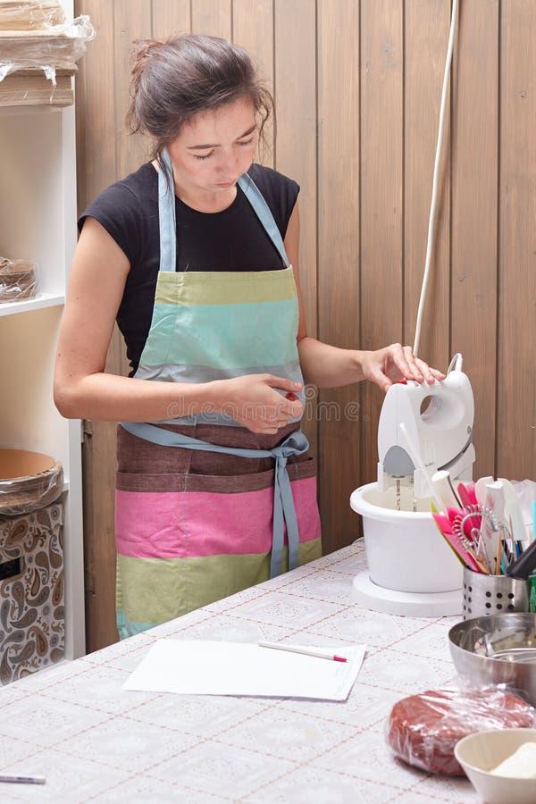 Hauptpatissier unterrichtet das kochen des Kuchens lizenzfreie stockfotografie
