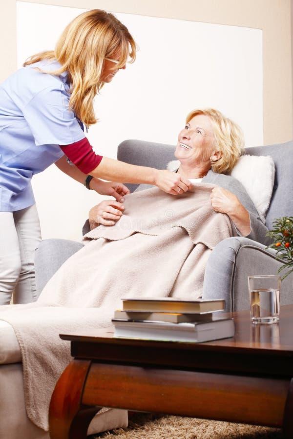 Hauptpflegekraft mit altem Patienten stockfoto