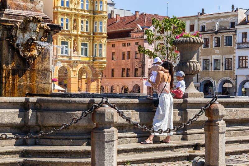 Hauptplatz in Ceske Budejovice, in der Frau und im chil nahe Brunnen Tschechische Republik, Europa lizenzfreie stockfotos