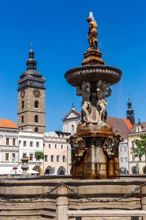Hauptplatz mit Samson, der die Löwebrunnenskulptur und den Glockenturm in Ceske Budejovice kämpft Tschechische Republik stockbild