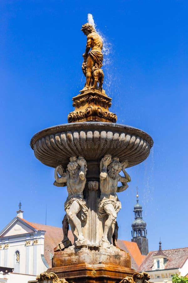 Hauptplatz mit Samson, der die Löwebrunnenskulptur und den Glockenturm in Ceske Budejovice kämpft Tschechische Republik lizenzfreies stockfoto