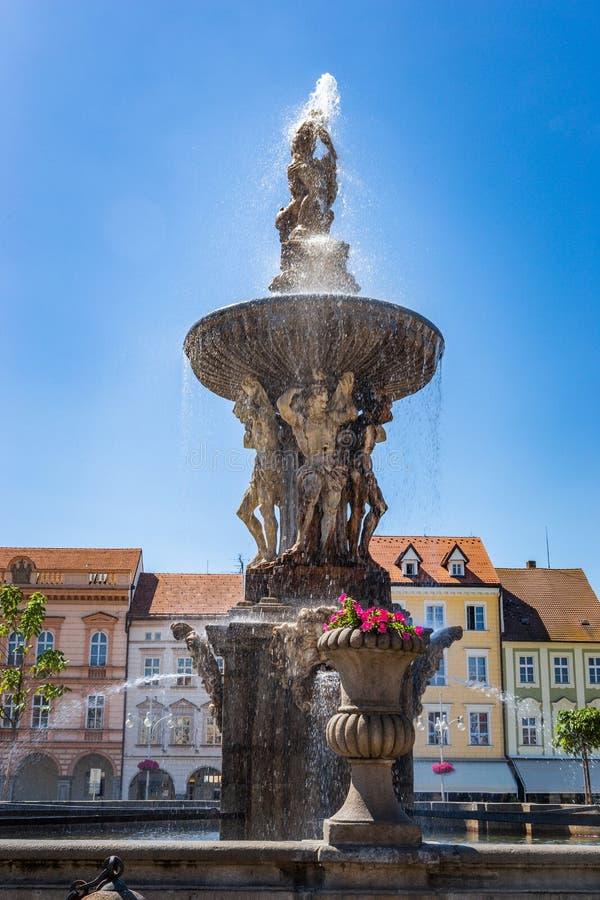 Hauptplatz mit Samson, der die Löwebrunnenskulptur und den Glockenturm in Ceske Budejovice kämpft Tschechische Republik lizenzfreie stockfotografie