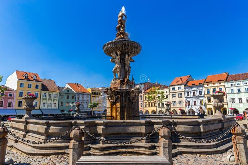Hauptplatz mit Samson, der die Löwebrunnenskulptur und den Glockenturm in Ceske Budejovice kämpft Tschechische Republik stockbilder