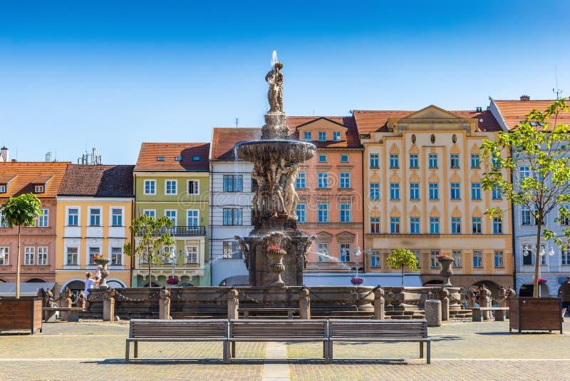 Hauptplatz mit Samson, der die Löwebrunnenskulptur und den Glockenturm in Ceske Budejovice kämpft Tschechische Republik stockfotos