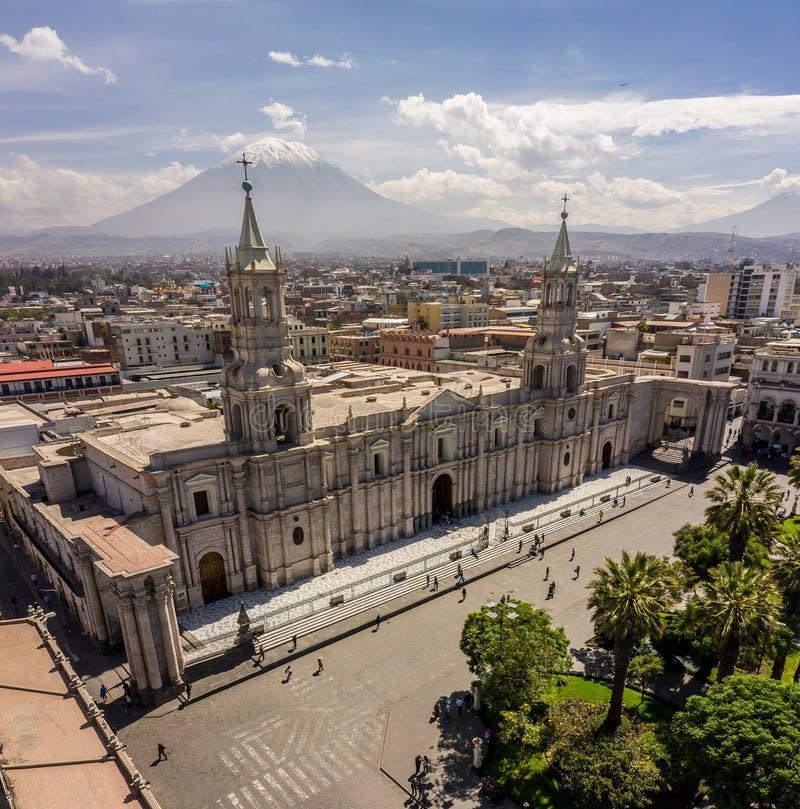 HAUPTPLATZ-UND KATHEDRALEN-KIRCHE IN PERU stockfotos