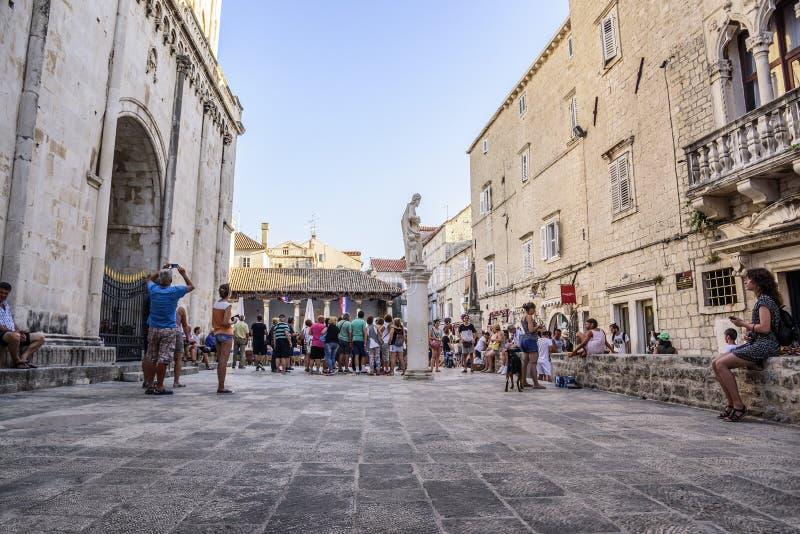 Hauptplatz von Trogir, ein populärer touristischer Bestimmungsort in Kroatien stockbilder