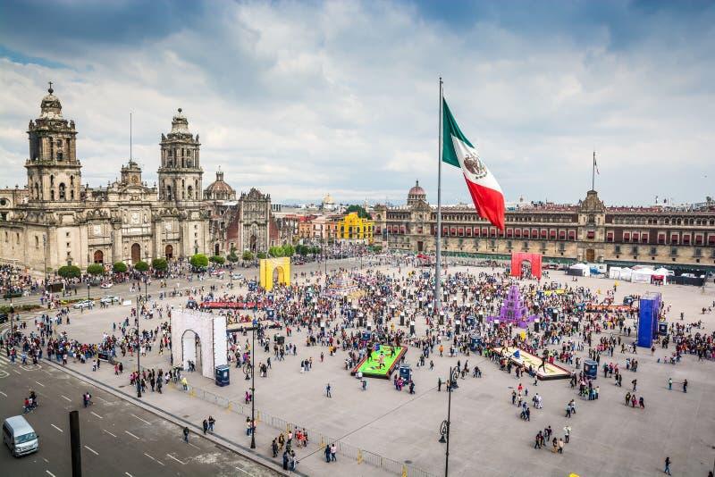 Hauptplatz Zocalo mit Kathedrale, nationalem Palast und großer mexikanischer Flagge in der Mitte stockbild