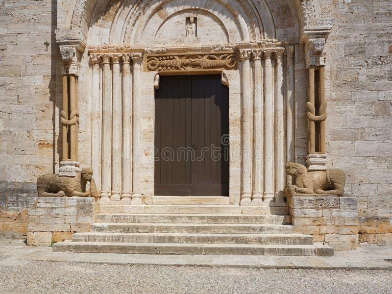 Hauptportal der Collegekirche von San Quirico, Toskana lizenzfreie stockfotografie