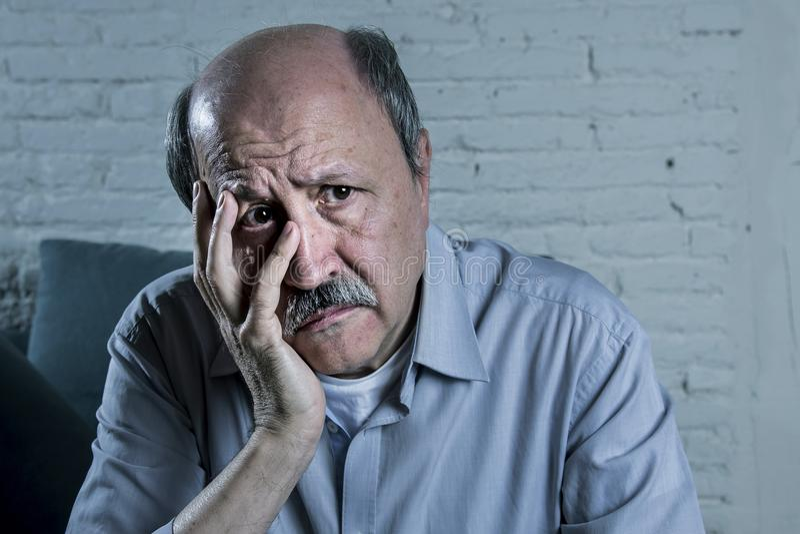 Hauptporträt des älteren reifen alten Mannes auf seinem schauenden 70s traurige und besorgte leidende Alzheimer Krankheit lizenzfreies stockbild