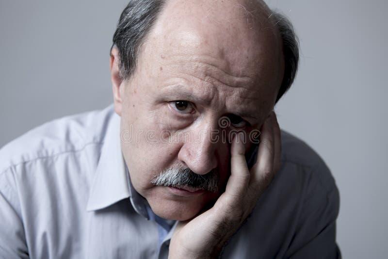 Hauptporträt des älteren reifen alten Mannes auf seinem schauenden 60s traurige und besorgte leidende Schmerz und Krise im Trauri stockfoto