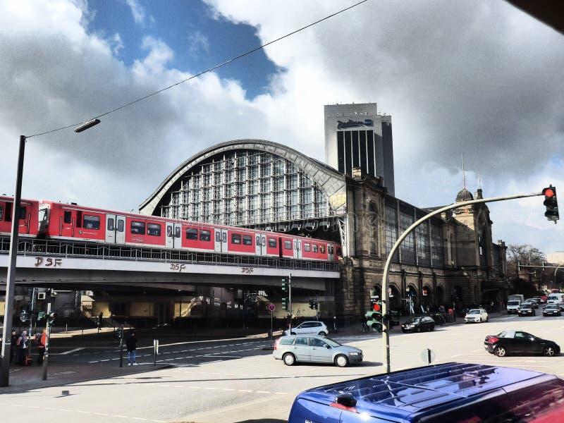 Hauptsächlichbahnhof Hamburgs an einem bewölkten Tag stockfoto