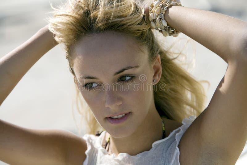 Hauptschuß einer schönen natürlichen Frau lizenzfreie stockfotos