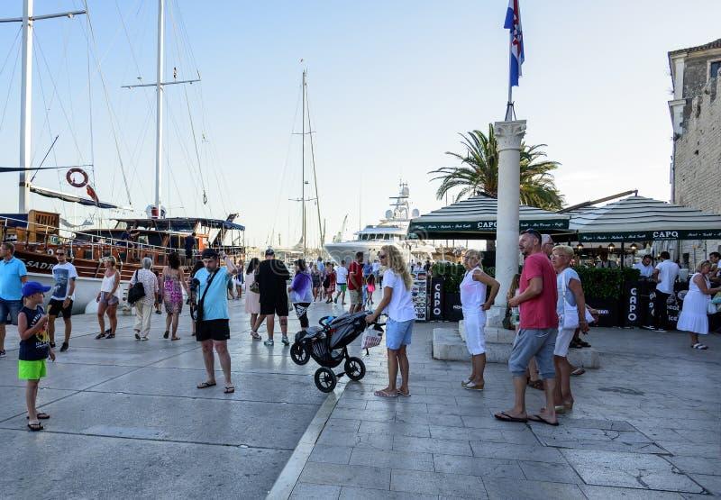 Hauptseeseitepromenade in Trogir, Dalmatien, Kroatien stockfotografie