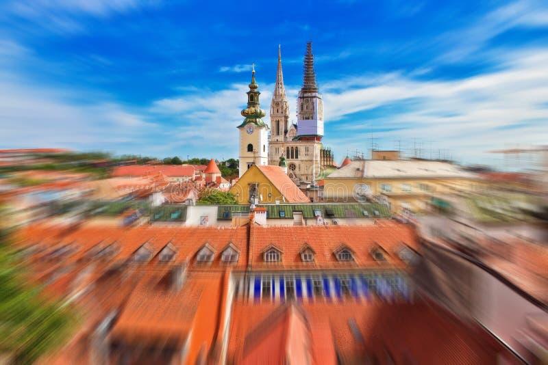 Hauptstadt Kathedralender radialunschärfeansicht Kroatiens Zagreb von der oberen Stadt lizenzfreie stockfotos