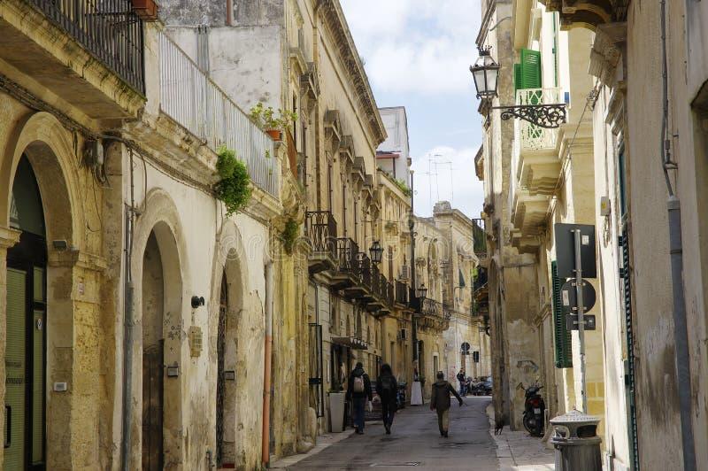 Hauptstraße, die zu das Quadrat der Kirche des heiligen Kreuzes führt historisch lizenzfreie stockbilder