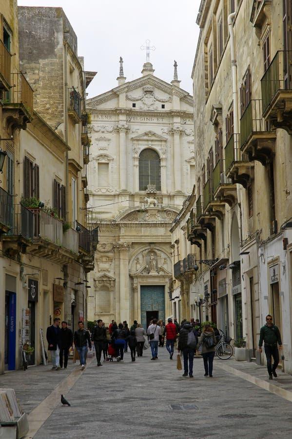 Hauptstraße, die zu das Quadrat der Kirche des heiligen Kreuzes führt historisch lizenzfreie stockfotografie