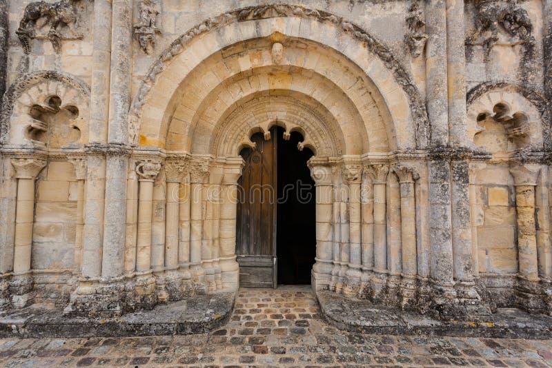 Haupttür der voll- Ansicht von Petit Palais und Cornemp-Romanesque Kirche lizenzfreies stockbild