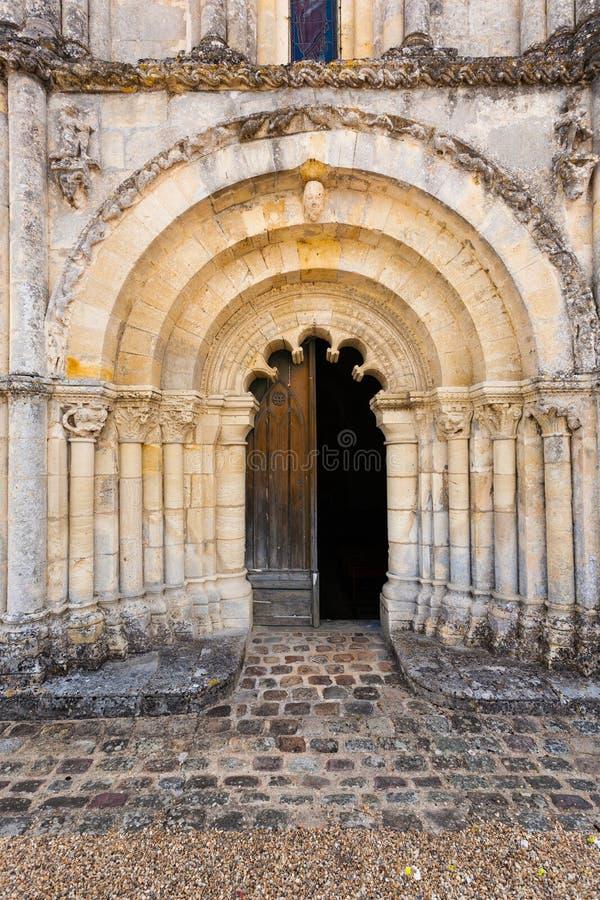 Haupttür von Petit Palais und Cornemp-Romanesque Kirche Gironde F stockfotos