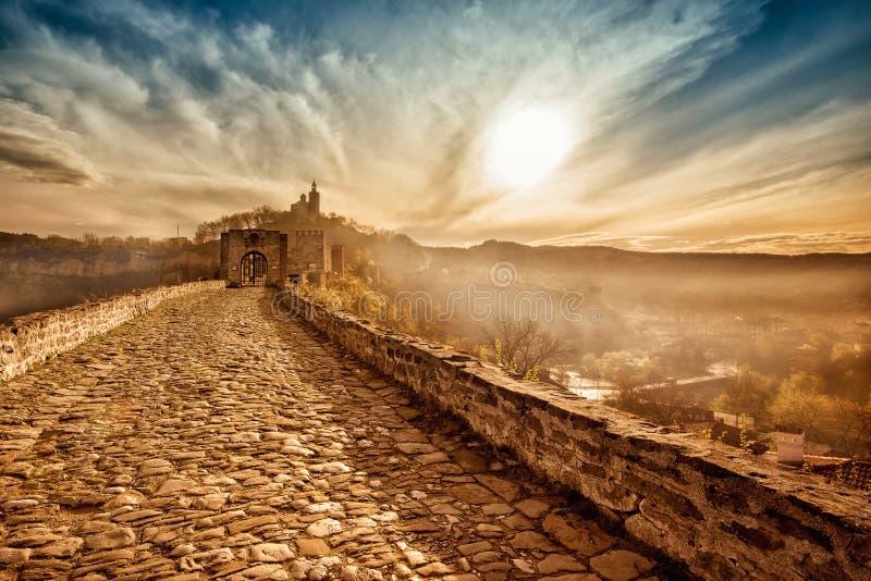 Haupttor von Tzarevetz-Festung bei Sonnenaufgang lizenzfreie stockbilder