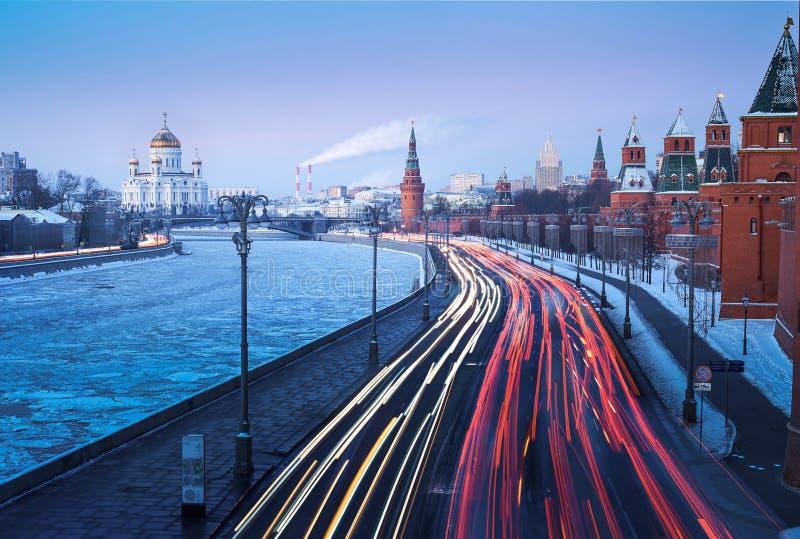 HAUPTVERKEHRSZEIT IN MOSCOUW IN EINEM MORGEN-WINTER stockfotos