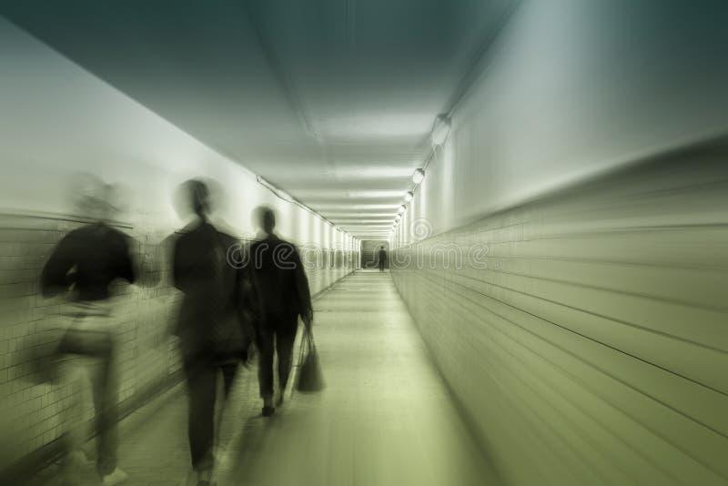 Hauptverkehrszeiten in einem Tunnel lizenzfreie stockfotografie