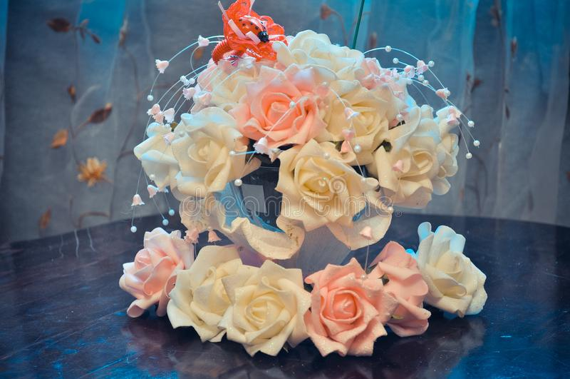 Hauptvorbereitung für die Hochzeit, Budgetdekoration des Hauses und Tabellen, Blumensträuße für Tabellen von weißen und rosa Rose stockfotos