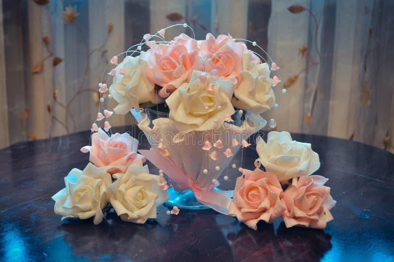 Hauptvorbereitung für die Hochzeit, Budgetdekoration des Hauses und Tabellen, Blumensträuße für Tabellen von weißen und rosa Rose stockbilder