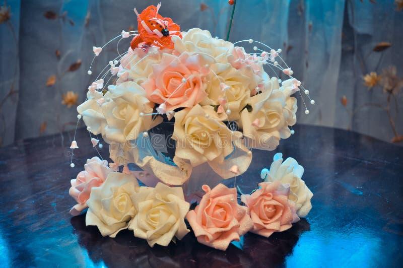 Hauptvorbereitung für die Hochzeit, Budgetdekoration des Hauses und Tabellen, Blumensträuße für Tabellen von weißen und rosa Rose lizenzfreie stockfotografie