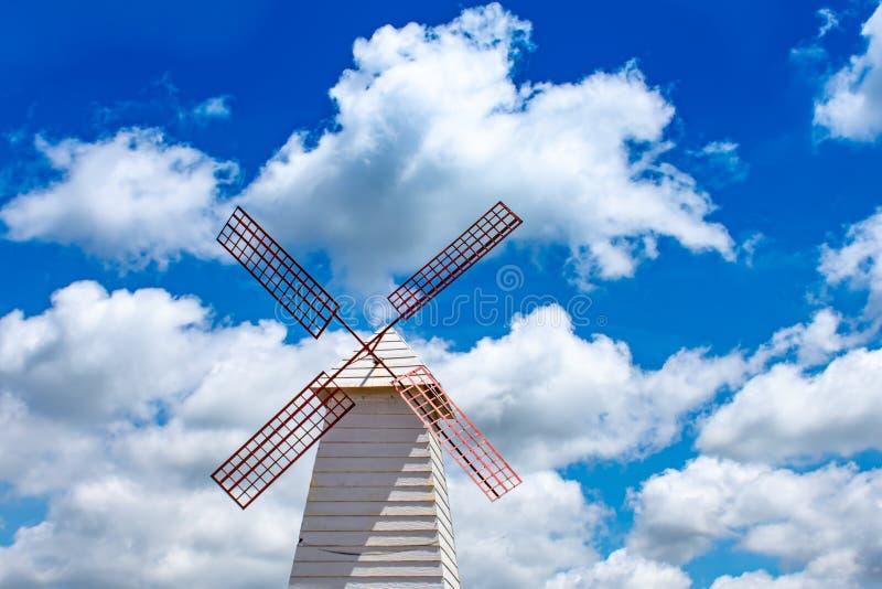 Hauptwindkraftanlagen und heller blauer Himmel lizenzfreie stockfotos