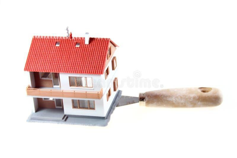 Haus über einem Aufbauhilfsmittel lizenzfreie stockbilder