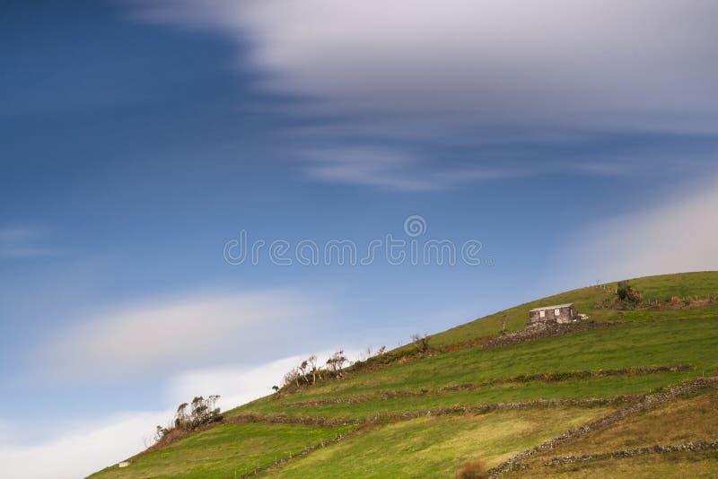 Haus auf dem Hügel lizenzfreies stockbild