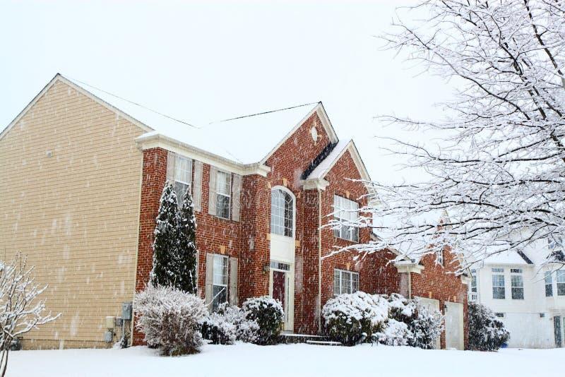 Haus auf dem Schneien stockbild