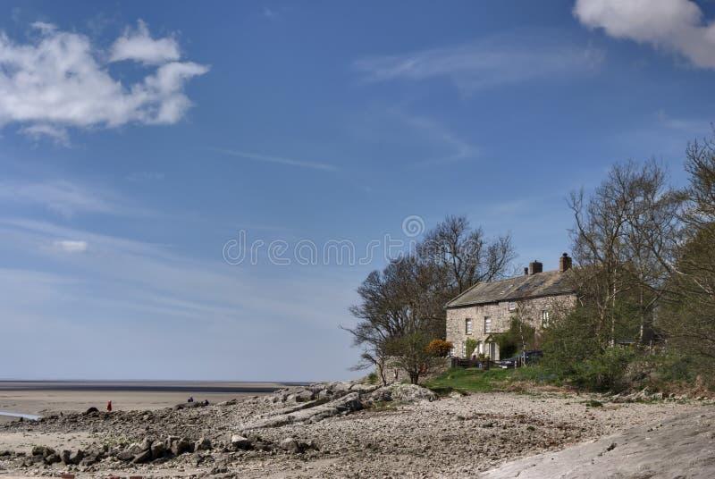 Haus auf dem Ufer lizenzfreie stockbilder