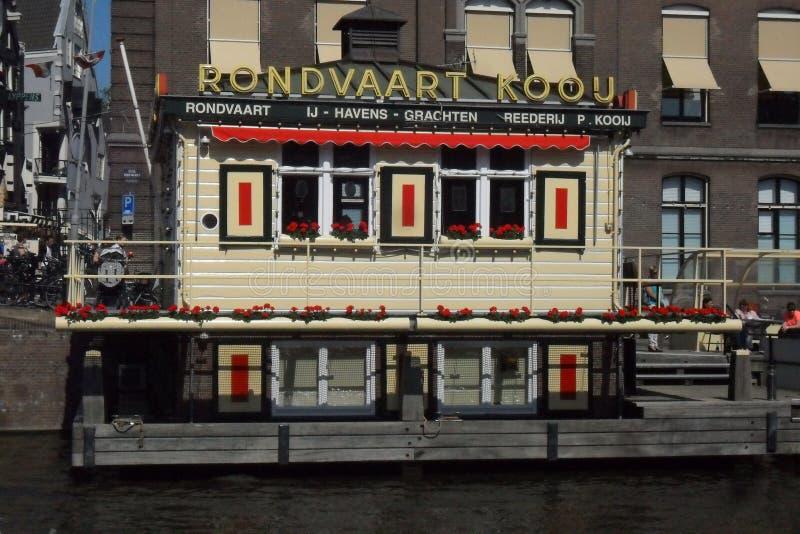 Haus auf dem Wasser in Amsterdam in den Niederlanden stockfoto