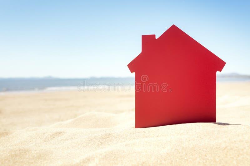 Haus auf der Immobilien- oder Ferienmiete des Sandstrandes lizenzfreie stockfotografie