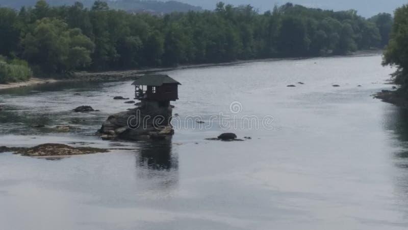 Haus auf Drina-Fluss lizenzfreies stockfoto
