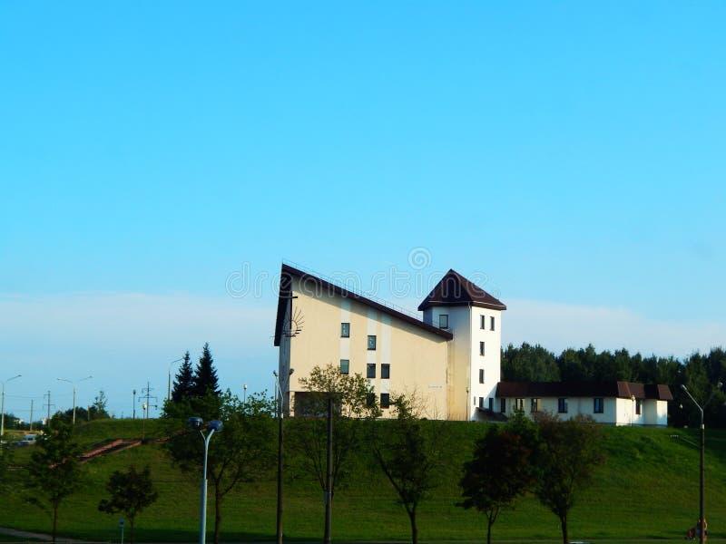 Haus auf einem Hügel im Sommer stockbilder