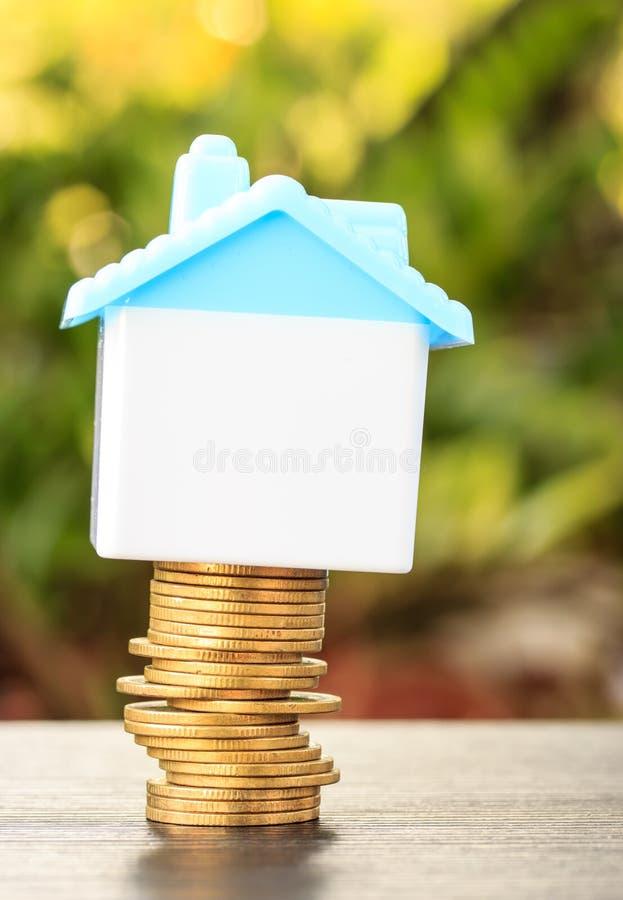 Haus auf einem Stapel des Geldes lizenzfreie stockfotos