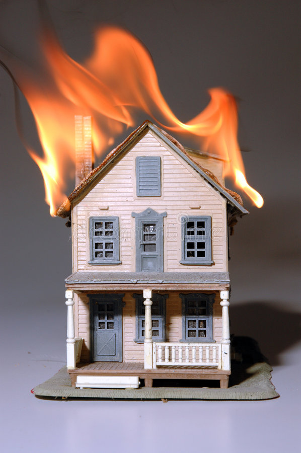 Haus auf Feuer lizenzfreie stockfotos